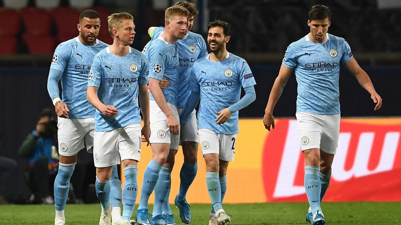 Jogadores do Manchester City comemoram gol sobre o PSG