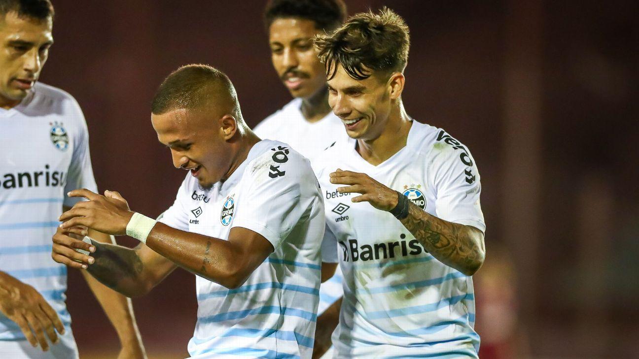 Léo Pereira e Ferreira comemora gol do Grêmio