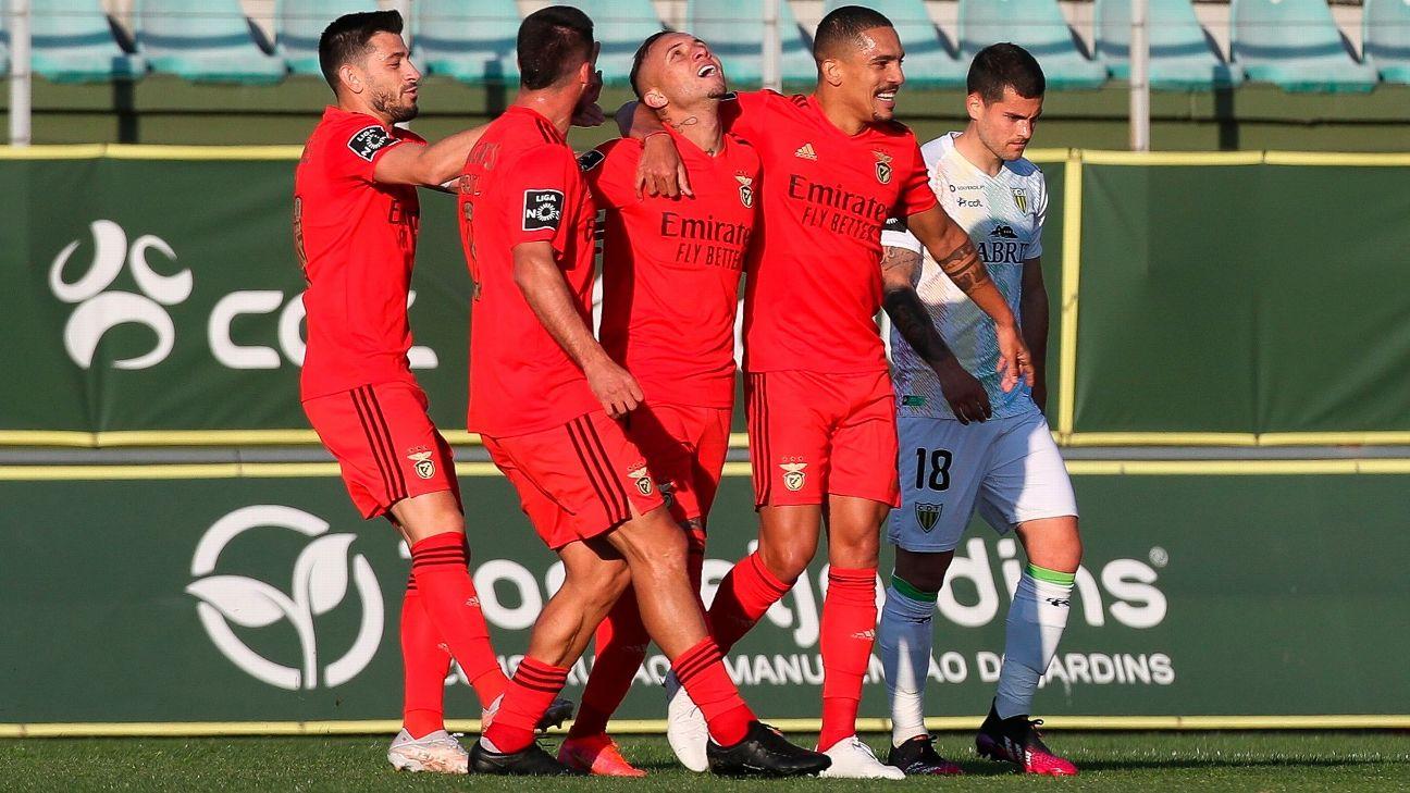 Everton 'Cebolinha' comemora após marcar para o Benfica sobre o Tondela