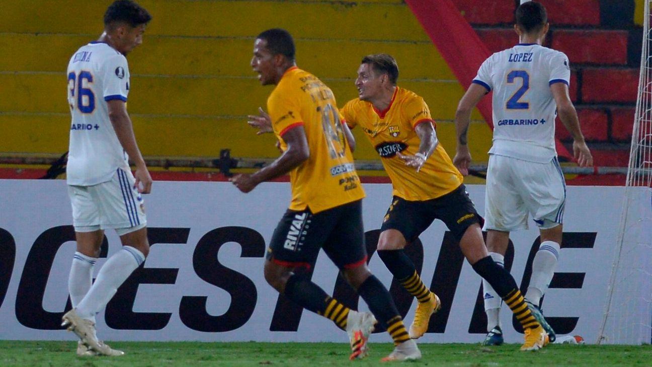 Jogadores do Barcelona de Guayaquil comemoram gol sobre o Boca Juniors