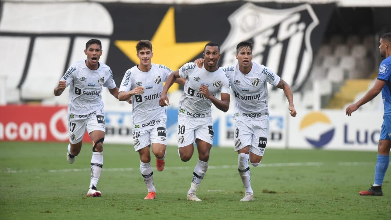 Jogadores do Santos festejam gol contra o São Bento na Vila Belmiro
