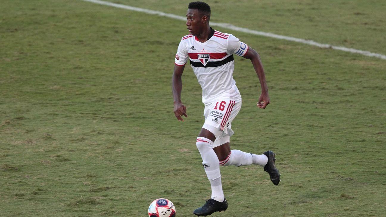 Léo em ação como capitão pelo São Paulo contra o Mirassol