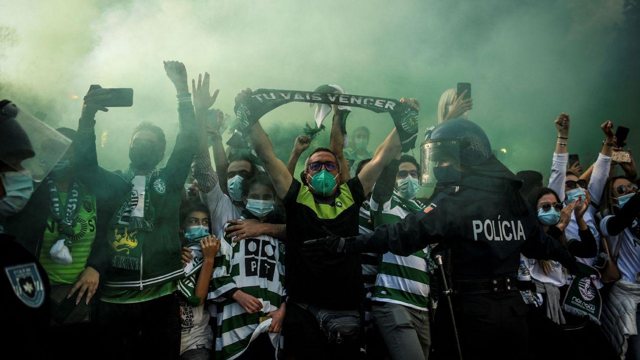 Torcedores do Sporting nos arredores do estádio José Alvalade, em Lisboa