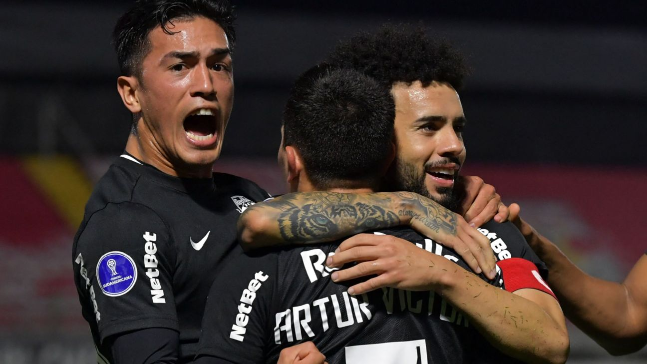 Jogadores do Bragantino celebram gol contra o Emelec