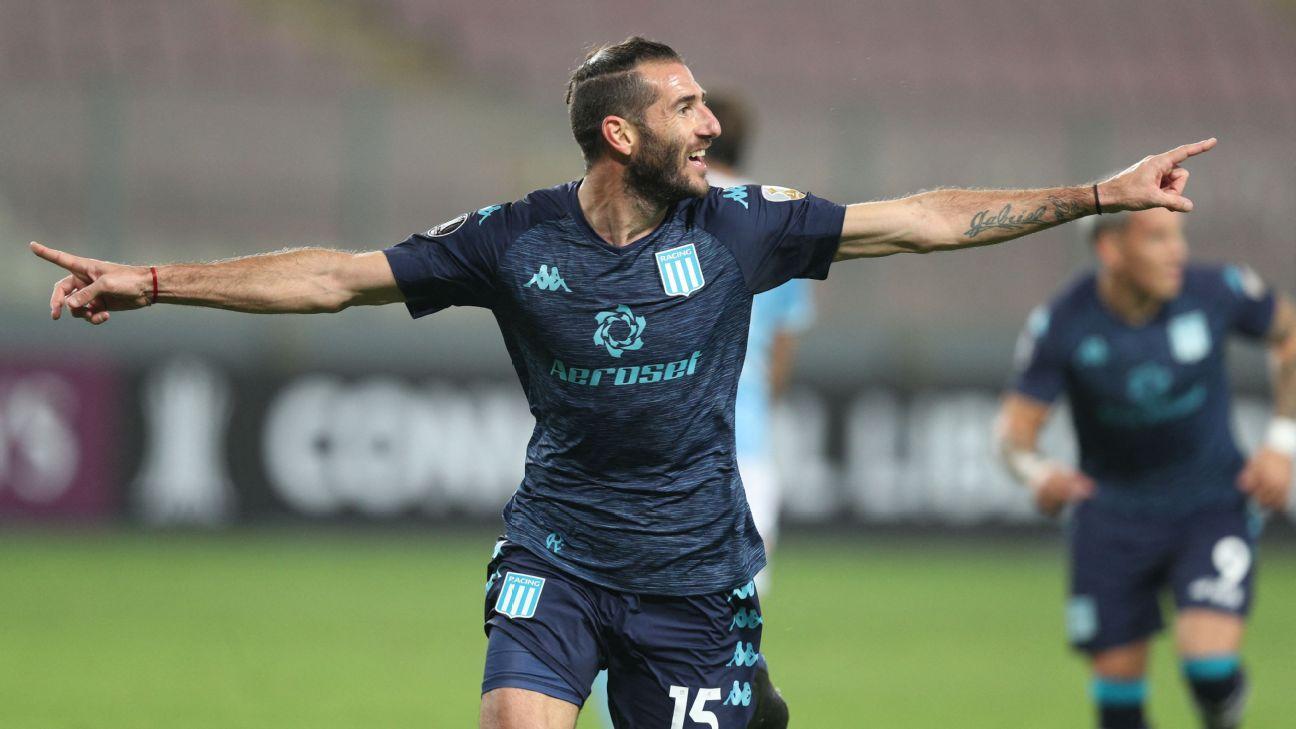 Piatti comemora gol do Racing sobre o Sporting Cristal