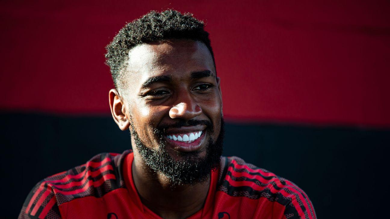 Gerson durante treino no Flamengo em 2021