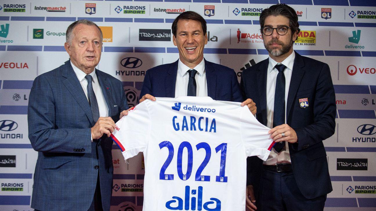 Rudi Garcia e Juninho Pernambucano durante apresentação do treinador, ao lado de Jean Michel Aulas