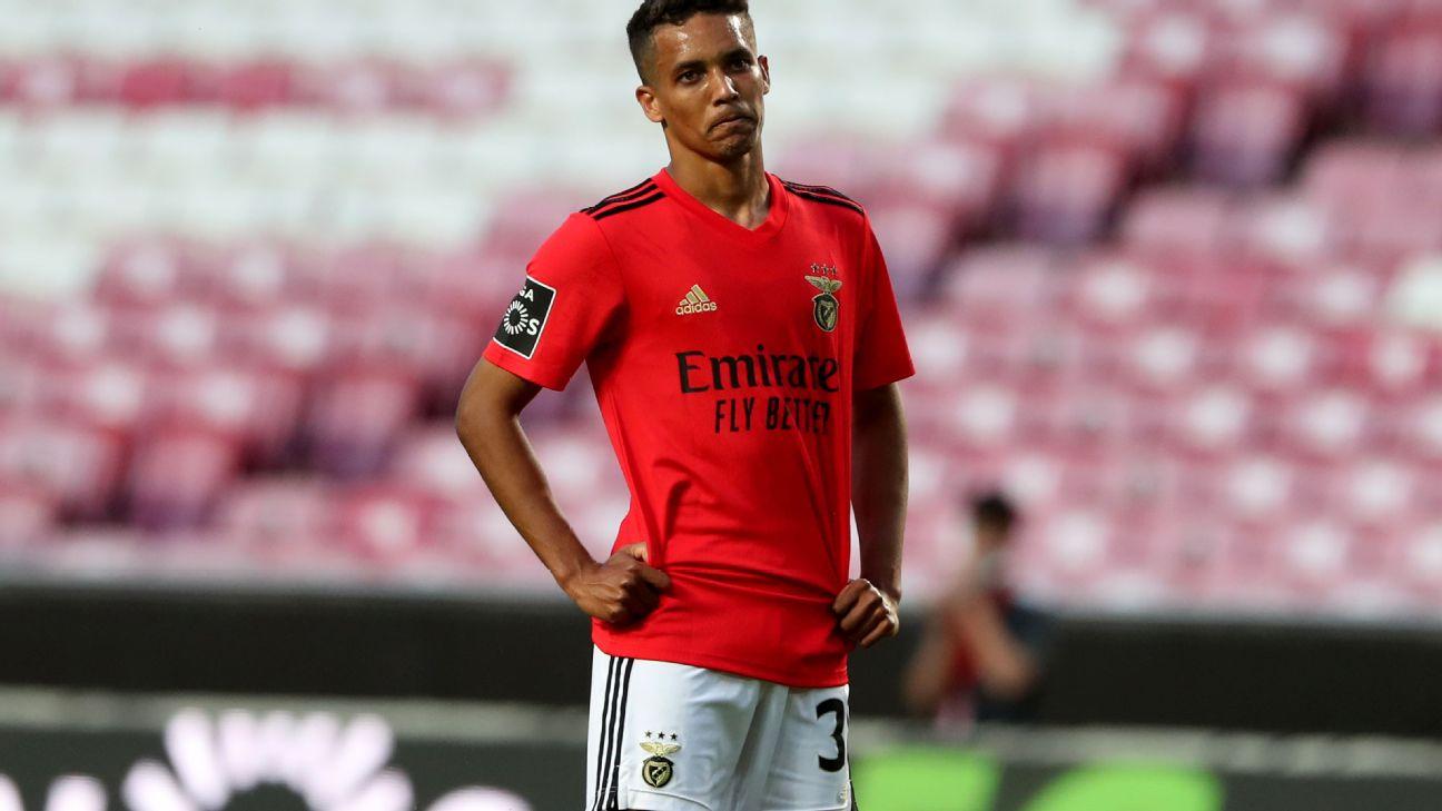 Pedrinho em campo com a camisa do Benfica