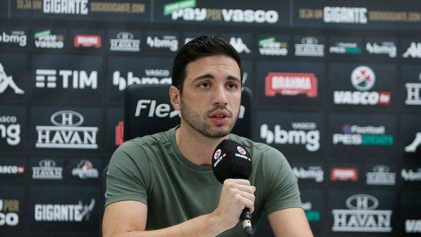 Alexandre Pássaro, executivo do Vasco, durante entrevista coletiva