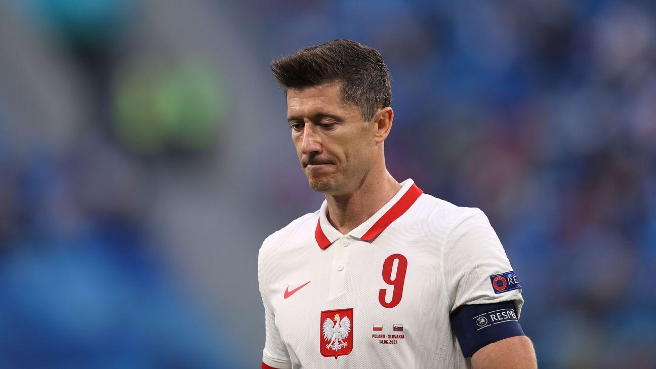 Robert Lewandowski lamentando derrota da Polônia na estreia da Euro 2020 para a Eslováquia