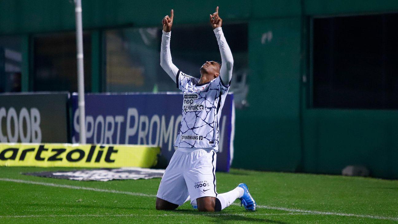 Jô comemorando gol pelo Corinthians