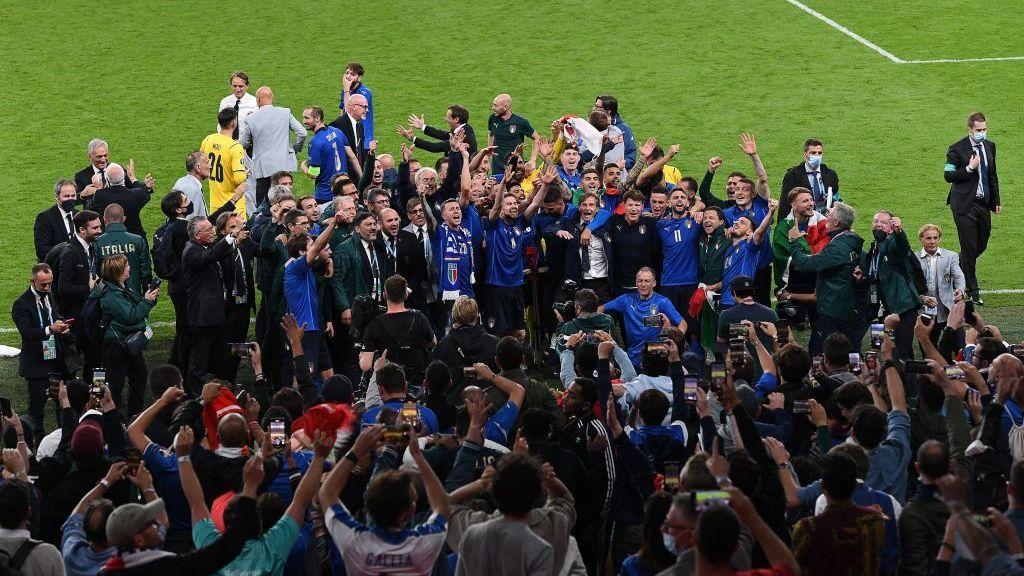 Italianos festejam título da Eurocopa em Wembley