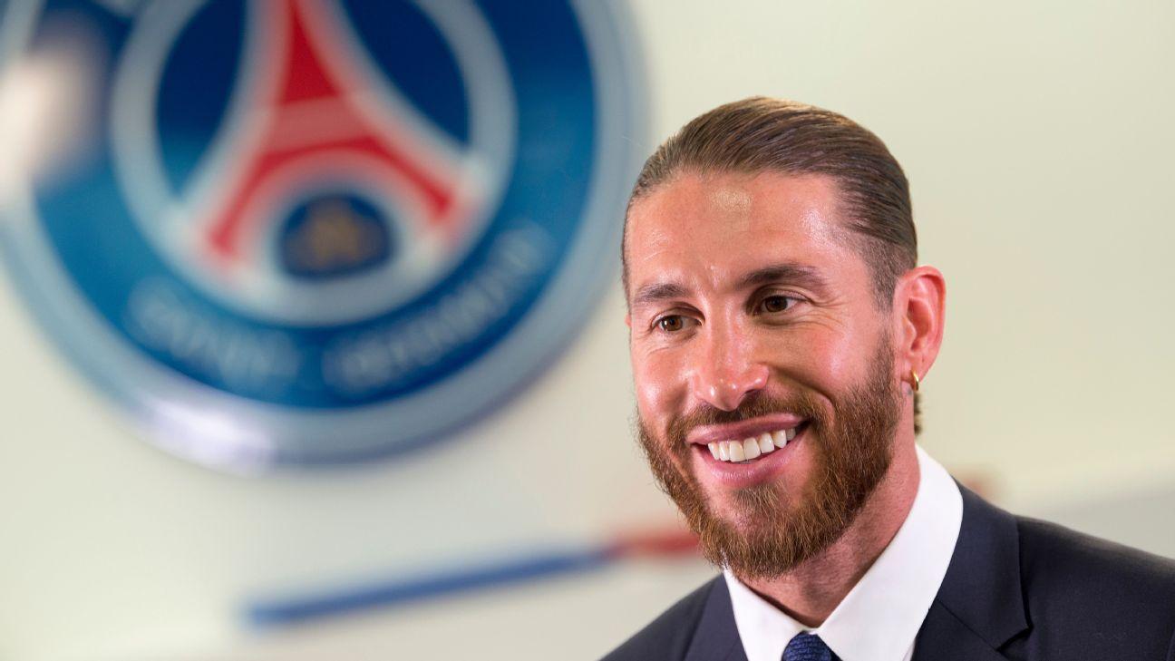 Sergio Ramos sorrindo durante sua apresentação oficial no Paris Saint-Germain