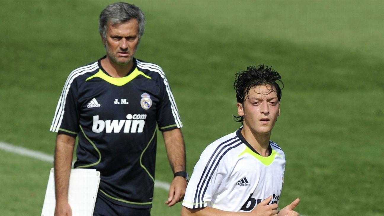 José Mourinho (ao fundo) e Mesut Özil durante treino no Real Madrid, em 2010