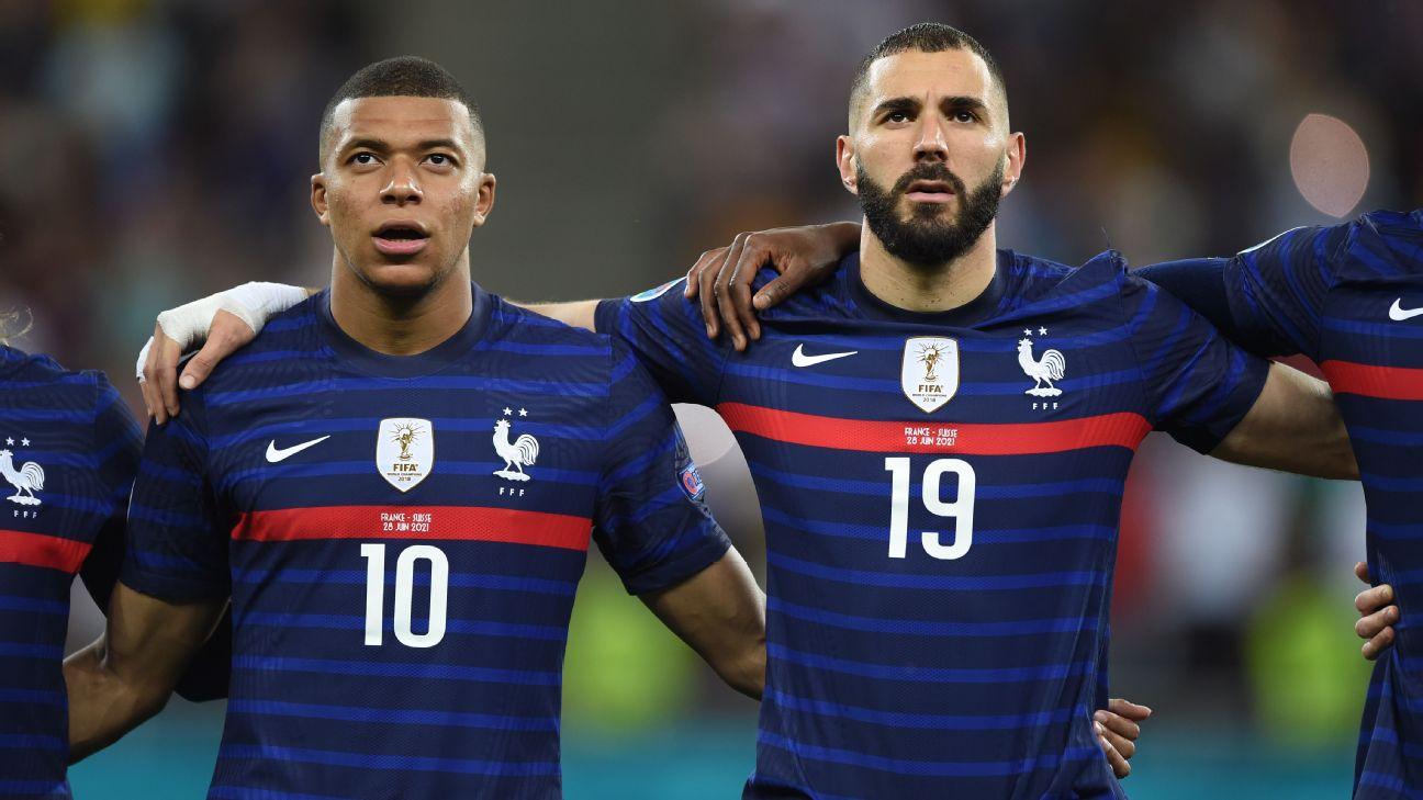 Kylian Mbappé e Karim Benzema durante o hino da França, na Euro 2020