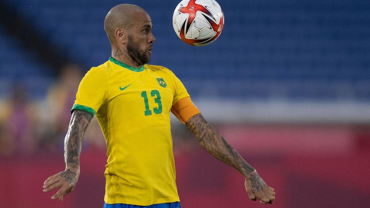 Daniel Alves em lance de Brasil x Costa do Marfim