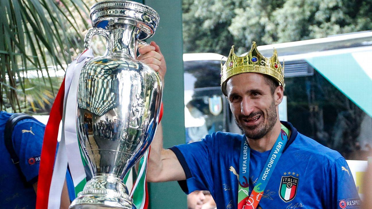 Giorgio Chiellini com a taça da Euro 2020, conquistada pela Itália