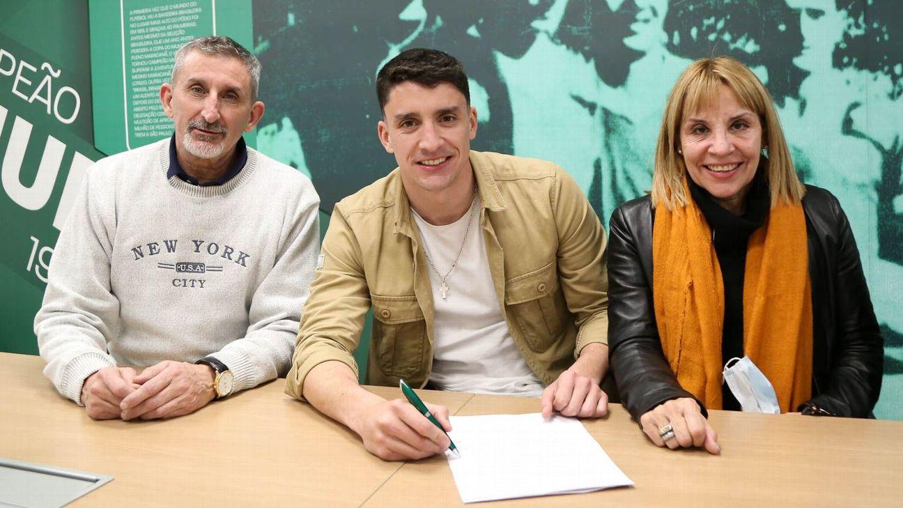 Piquerez assina contrato com o Palmeiras, na Academia de Futebol
