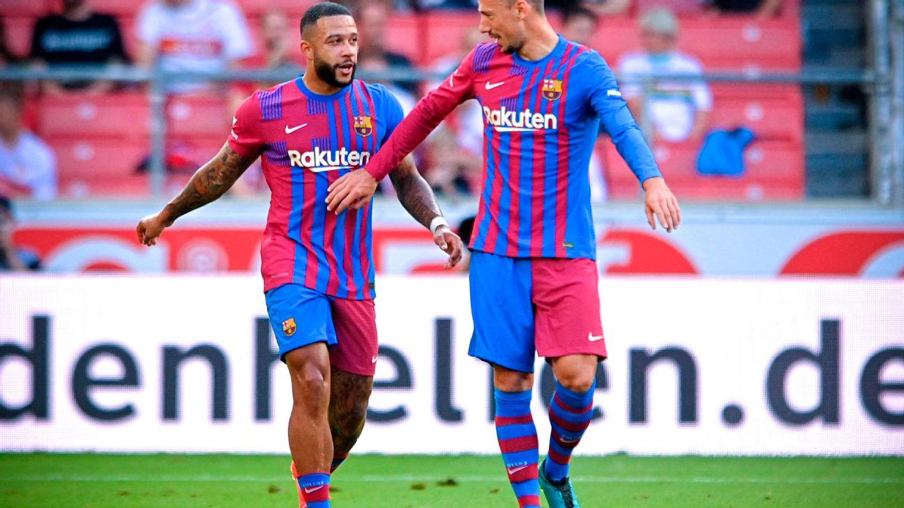 Depay comemora após marcar para o Barcelona sobre o Stuttgart