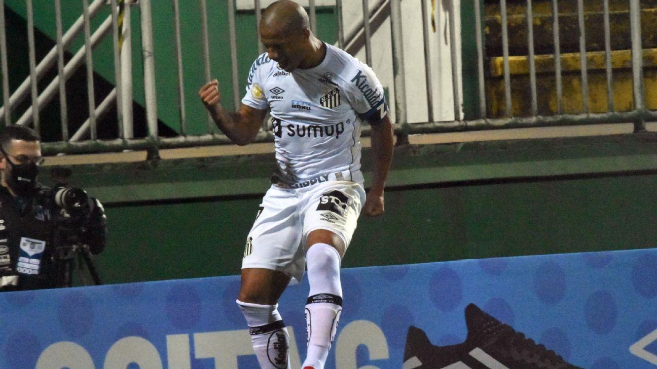 Carlos Sánchez comemora após marcar para o Santos sobre a Chapecoense