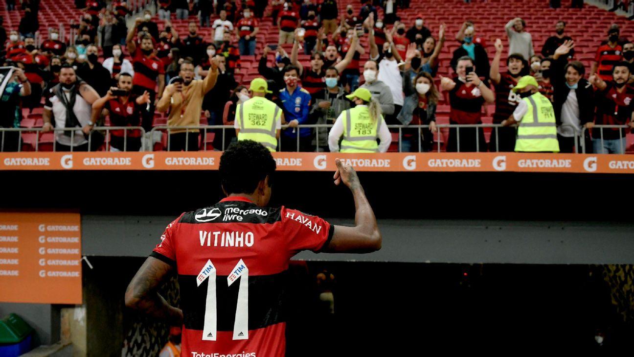 Vitinho cumprimenta torcedores do Flamengo após jogo pela Libertadores