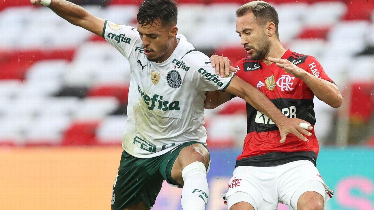 Gabriel Menino, do Palmeiras, e Everton Ribeiro, do Flamengo, disputam lance