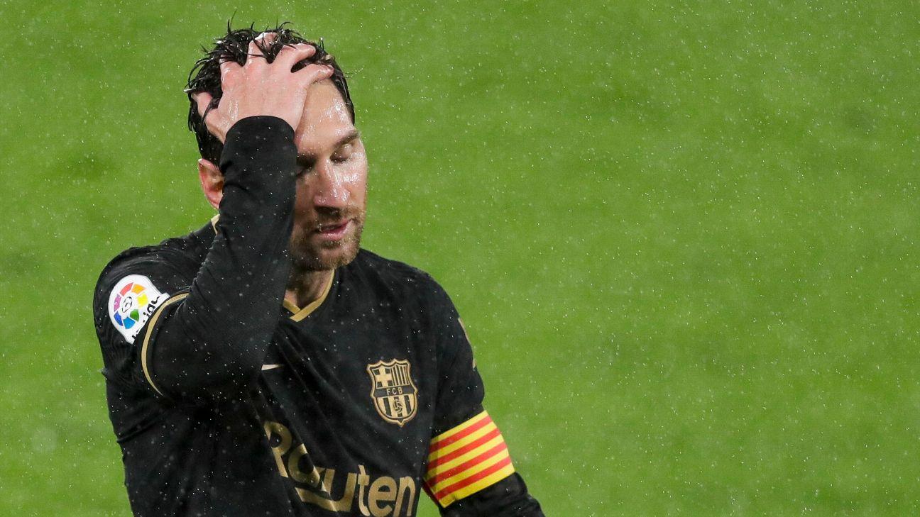 Lionel Messi com a mão na cabeça durante partida do Barcelona, em LaLiga