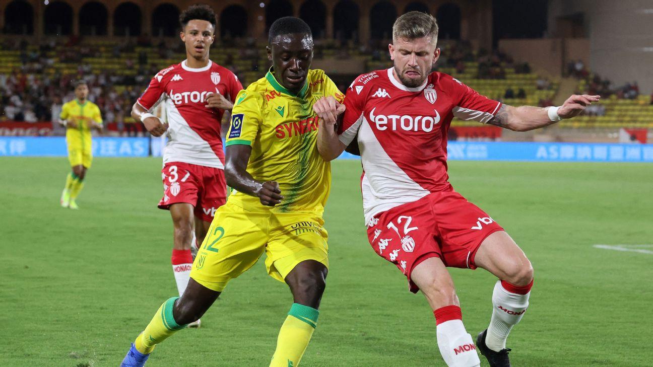 Caio Henrique, lateral do Monaco, disputando bola com Appiah, do Nantes, durante a estreia na Ligue 1 2021/22
