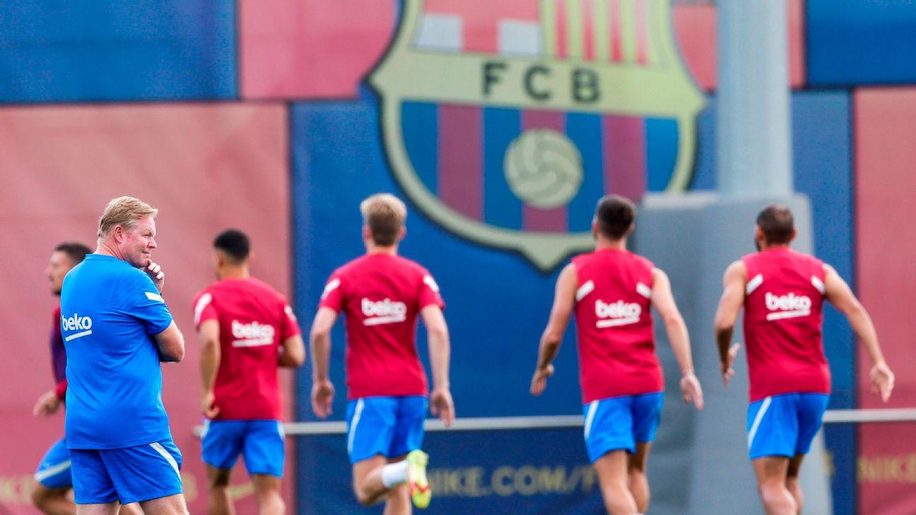 Ronald Koeman durante treino do Barcelona, em 28 de agosto de 2021