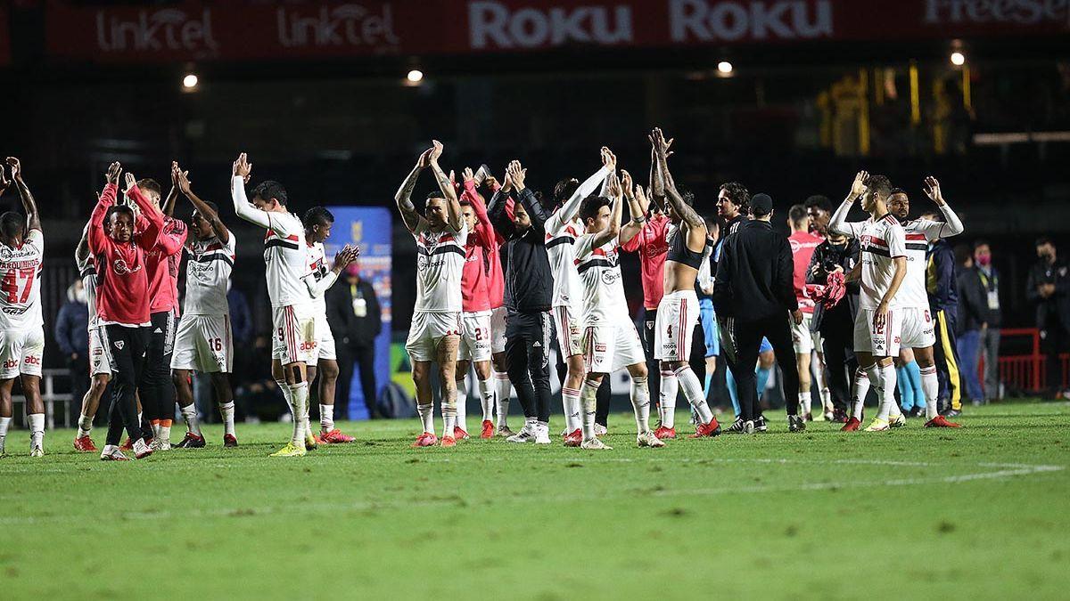 Jogadores do São Paulo no gramado do Morumbi após vitória sobre o Corinthians, pelo Brasileirão